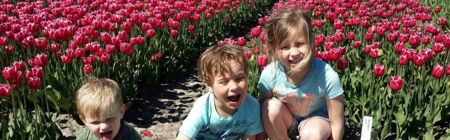 Smiling kids at the tulip farm in Venhuizen, you can book your own tulip tour now!